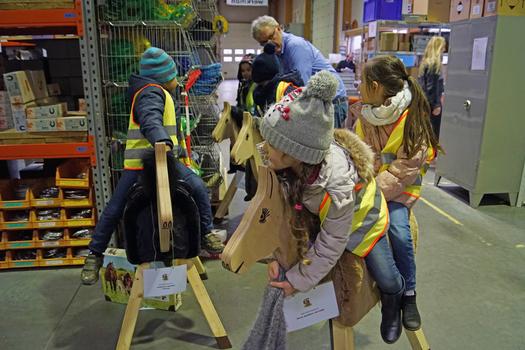 Pferde für unsere Kinder - Übergabe Holzpferde - Begeisterung